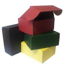Versandkartons alle Farben, rot, grün, gelb, schwarz